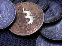 Bitcoin und alter silberner Morgan Dollars stockbilder