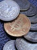 Bitcoin und antiker silberner Morgan Dollars lizenzfreie stockfotografie