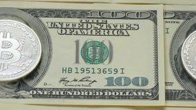 Bitcoin und Dollar Die Münze der Schlüsselwährung ersetzte das Bild von Franklin auf einer Hundertdollar-Rechnung stock video