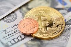 Bitcoin und ein Cent Lizenzfreie Stockbilder