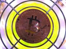 Bitcoin und futuristischer Hintergrund Stockfotos