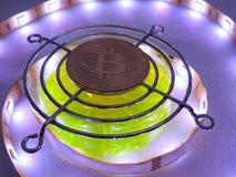 Bitcoin und geführter heller Hintergrund Lizenzfreie Stockfotos