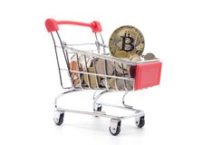 Bitcoin und Goldmünzen im Warenkorb Lizenzfreie Stockbilder