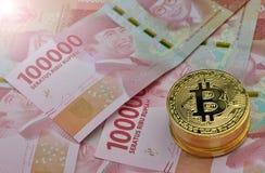 Bitcoin und Indonesien-Rupie-Währung stockfoto