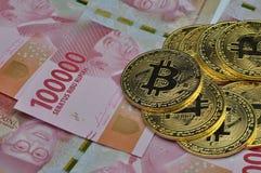 Bitcoin und Indonesien-Rupie-Währung stockfotos