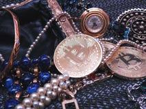 Bitcoin und Juwelen gefunden in einem Geldbeutel lizenzfreies stockfoto