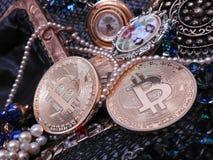 Bitcoin und Juwelschatz Stockbilder