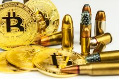 Bitcoin und Patronen des unterschiedlichen Kalibers Illegaler Handel in der Munition Verkauf von Waffen Finanzierungsterrorismus stockfoto