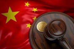 Bitcoin und Richterhammer, der auf Flagge von China legt Lizenzfreie Stockfotografie