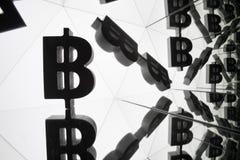 Bitcoin valutasymbol med många avspegla bilder av honom royaltyfri bild
