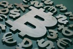 Bitcoin, vergelijking met het geld van de wereld, achtergrond en ontwerp stock fotografie