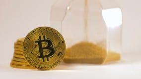 Bitcoin verklig modell Pile Stands mot timglasmakro stock video