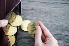 Bitcoin virtual del oro de la cartera de la moneda cartera del ordenador portátil del bitcoin bit foto de archivo libre de regalías