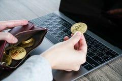 Bitcoin virtual del oro de la cartera de la moneda cartera del ordenador portátil del bitcoin bit fotografía de archivo
