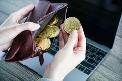Bitcoin virtuel d'or de portefeuille de devise portefeuille d'ordinateur portable de bitcoin bit photo stock