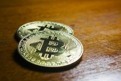 Bitcoin - virtuele die muntstukken met houten achtergrond worden gegroepeerd Stock Fotografie