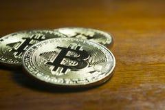 Bitcoin - virtuele die muntstukken met houten achtergrond worden gegroepeerd Stock Foto