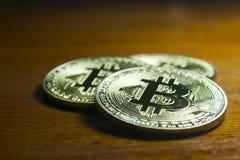 Bitcoin - virtuele die muntstukken met houten achtergrond worden gegroepeerd Royalty-vrije Stock Fotografie