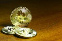 Bitcoin - virtuele die muntstukken met houten achtergrond worden gegroepeerd Stock Afbeelding