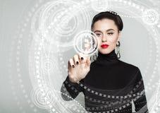 Bitcoin, virtuelle Anzeige und Frauenhand Blockchain-Übertragungen Stockbilder