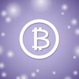 Bitcoin vit symbol på violett bakgrund Faktiskt system för bitmyntbetalning Arkivbild