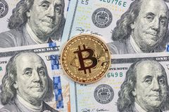 Bitcoin vs dollar reflexion för pengar för begreppsgodshus verklig Arkivbild