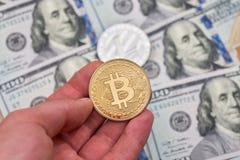 Bitcoin vs dollar reflexion för pengar för begreppsgodshus verklig Royaltyfri Bild