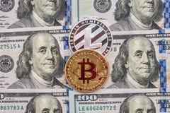 Bitcoin vs dollar reflexion för pengar för begreppsgodshus verklig Royaltyfri Foto