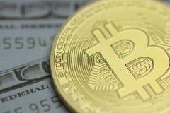 Bitcoin vs kassa royaltyfria bilder