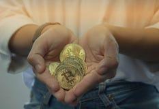 Bitcoin w dziewczyny ` s ręce Ja jest nowym walutą w wor Fotografia Royalty Free
