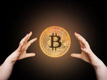Bitcoin w kobiety ` s ręce, zbliżenie Zdjęcie Stock