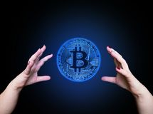 Bitcoin w kobiety ` s ręce, zbliżenie Fotografia Stock