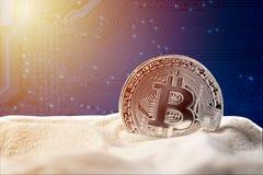 Bitcoin w piaska againt płyty głównej błękitnym komputerowym tle z światłem słonecznym Crypto waluty elektroniczny wirtualny pien fotografia stock