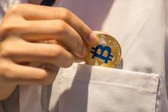 Bitcoin w ręce, wojna bitcoin, ciągnienia bitcoin z ręką wręczać, m obraz royalty free