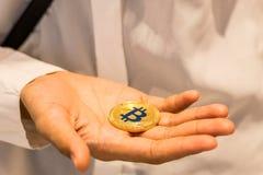 Bitcoin w ręce, wojna bitcoin, ciągnienia bitcoin z ręką wręczać, m zdjęcie royalty free
