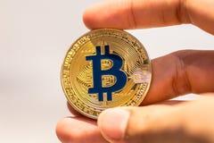 Bitcoin w ręce, wojna bitcoin, ciągnienia bitcoin z ręką wręczać, m obrazy royalty free