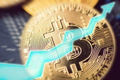 Bitcoin wachsen heran Goldene Bitcoin-Münze - Symbol der Schlüsselwährung und des Pfeiles oben Virtuelles Geld und Zukunft Stockfotos