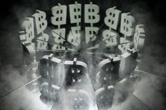 Bitcoin waluty symbol na Lustrzanym i Zakrywający w dymu obrazy stock