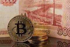 Bitcoin y billete de banco de la rublo Fotografía de archivo libre de regalías
