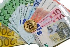 Bitcoin y billetes de banco euro imagenes de archivo
