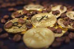 Bitcoin y café foto de archivo libre de regalías