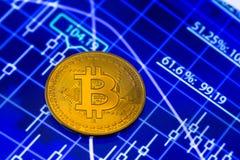 Bitcoin y carta azul imagen de archivo libre de regalías
