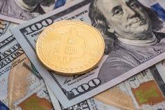 Bitcoin y dólar Cryptocurrency del símbolo del mercado de BTC que sube sobre el dólar de Estados Unidos Bitcoin del metal del oro Imagen de archivo