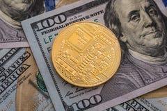 Bitcoin y dólar Cryptocurrency del símbolo del mercado de BTC que sube sobre el dólar de Estados Unidos Bitcoin del metal del oro Foto de archivo libre de regalías