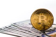 Bitcoin y dólares imagen de archivo libre de regalías