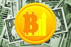 Bitcoin y dólares en fondo Imágenes de archivo libres de regalías
