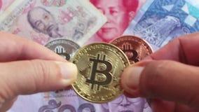Bitcoin y el billete de banco de Asia agrupa, por ejemplo Tailandia, China, Vietnam, y Malasia Concepto virtual del dinero metrajes
