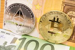 Bitcoin y el ethereum acuña en cuentas de dinero euro Fotografía de archivo