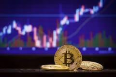 Bitcoin y fondo defocused de la carta Concepto virtual del cryptocurrency Imágenes de archivo libres de regalías