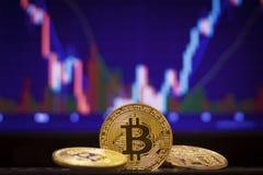 Bitcoin y fondo defocused de la carta Concepto virtual del cryptocurrency Fotos de archivo